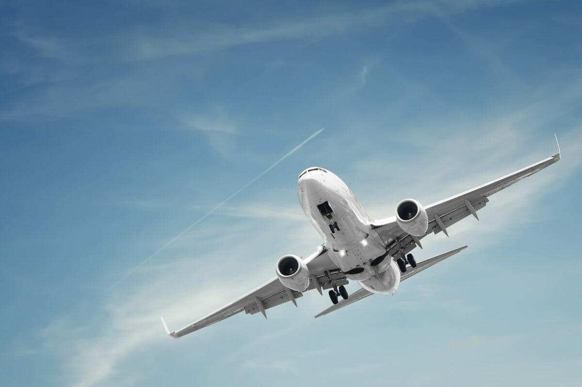 Jet-in-flight-628705-scaled