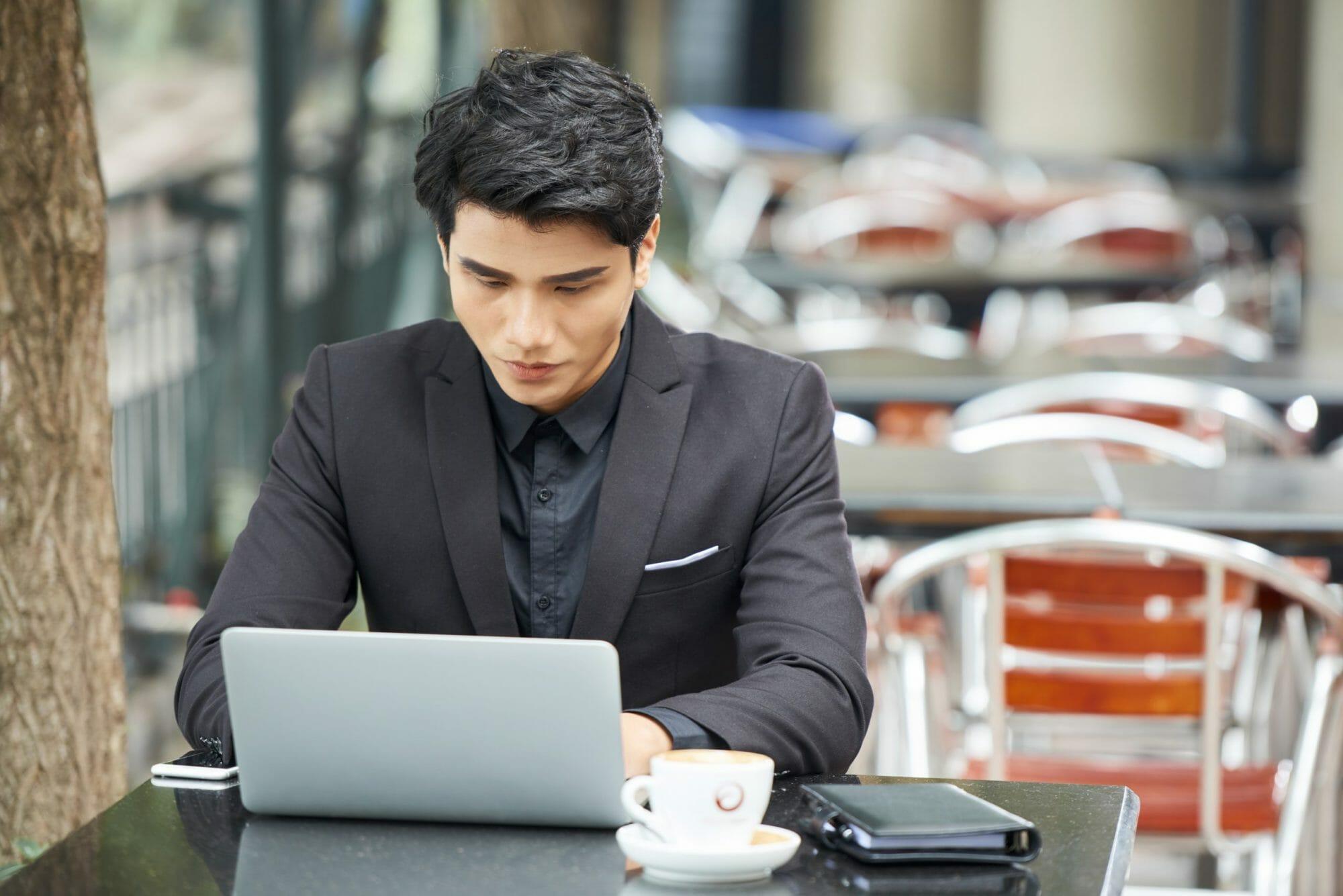 Businessman-using-laptop-892565-scaled